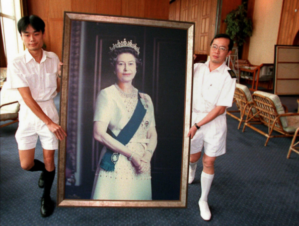 A portrait of Britain's Queen Elizabeth is removed from the wall at the HMS Tamar, the 'British Forces' Hong Kong headquarters, on June 16, 1997, ahead of the handover on July 1. Photo: AFP
